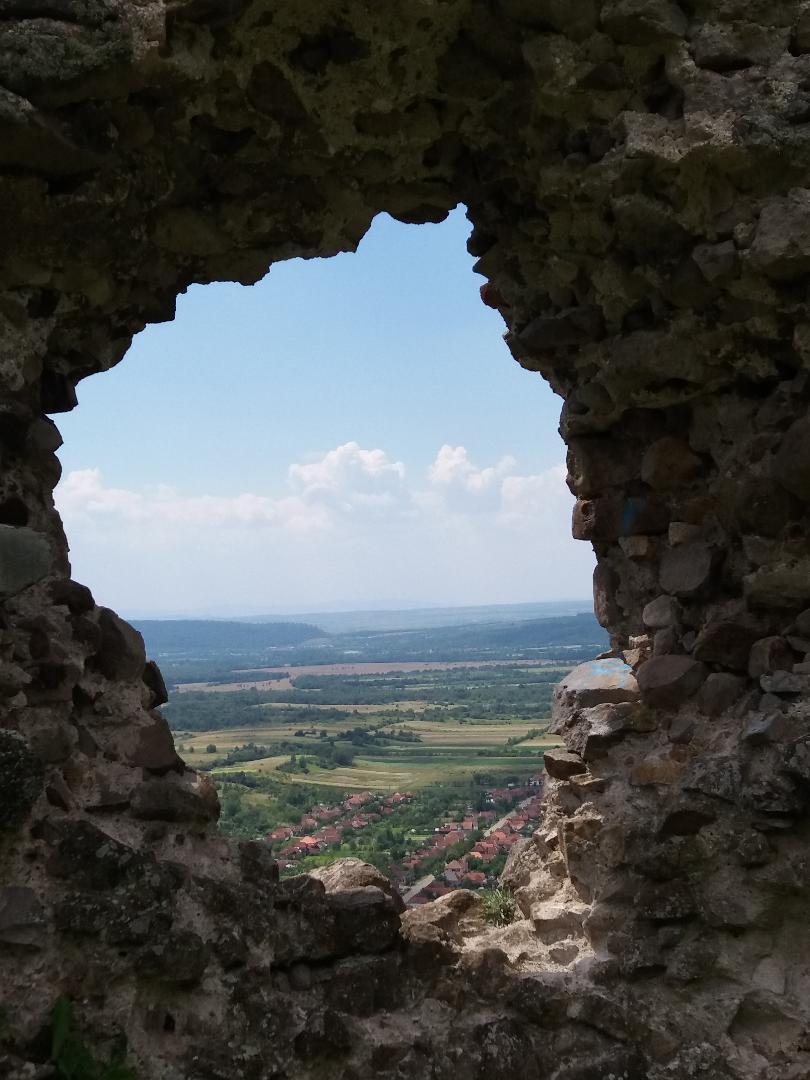 Acțiune de amenajare a traseelor turistice de la Cetatea Dezna, Munții Codru-Moma