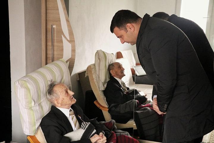 Veteranii de război primesc Distincţia Centenar