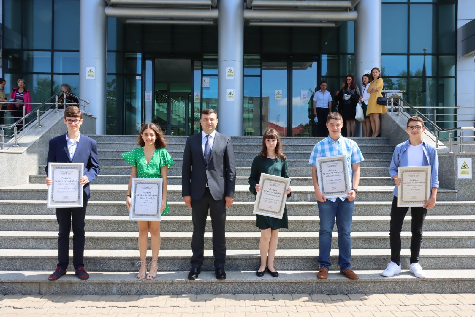 """Elevii de 10 la Evaluarea Naţională au primit diploma """"Arădeni cu care ne mândrim"""""""