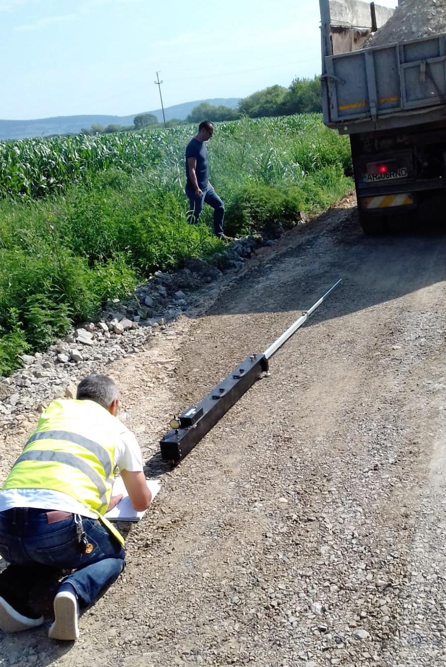 Consiliul Județean Arad a publicat astăzi o fotografie inedită despre modul în care se măsoară capacitatea portantă a unui tronson de pe drumul județean Pâncota-Buteni