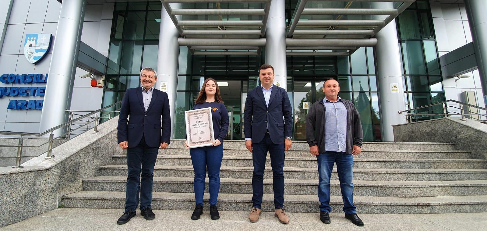 """Sergiu Bîlcea, vicepreședintele Consiliului Județean Arad, a acordat astăzi diploma ,,Arădeni cu care ne mândrim"""", încă unui elev de nota zece din Arad"""