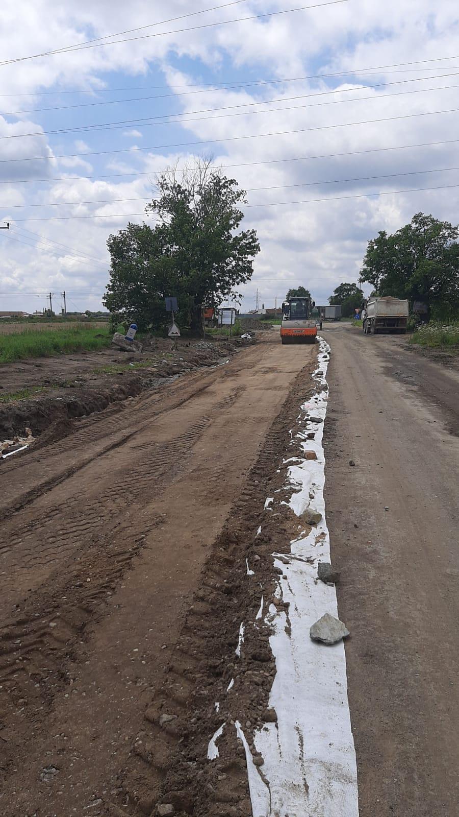 Se lucrează la fundaţia drumului Arad – Şiria