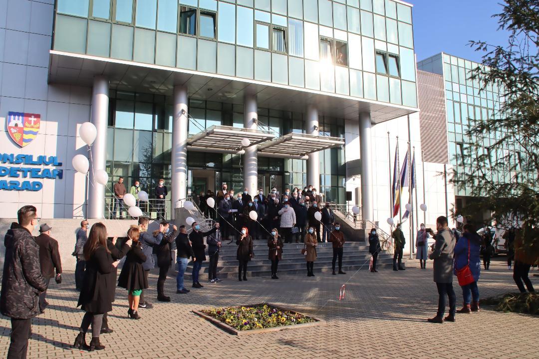Consiliul Județean Arad, în colaborare cu Complexul Muzeal Arad, a organizat astăzi un amplu eveniment de comemorare a eroilor Revoluției din 1989.