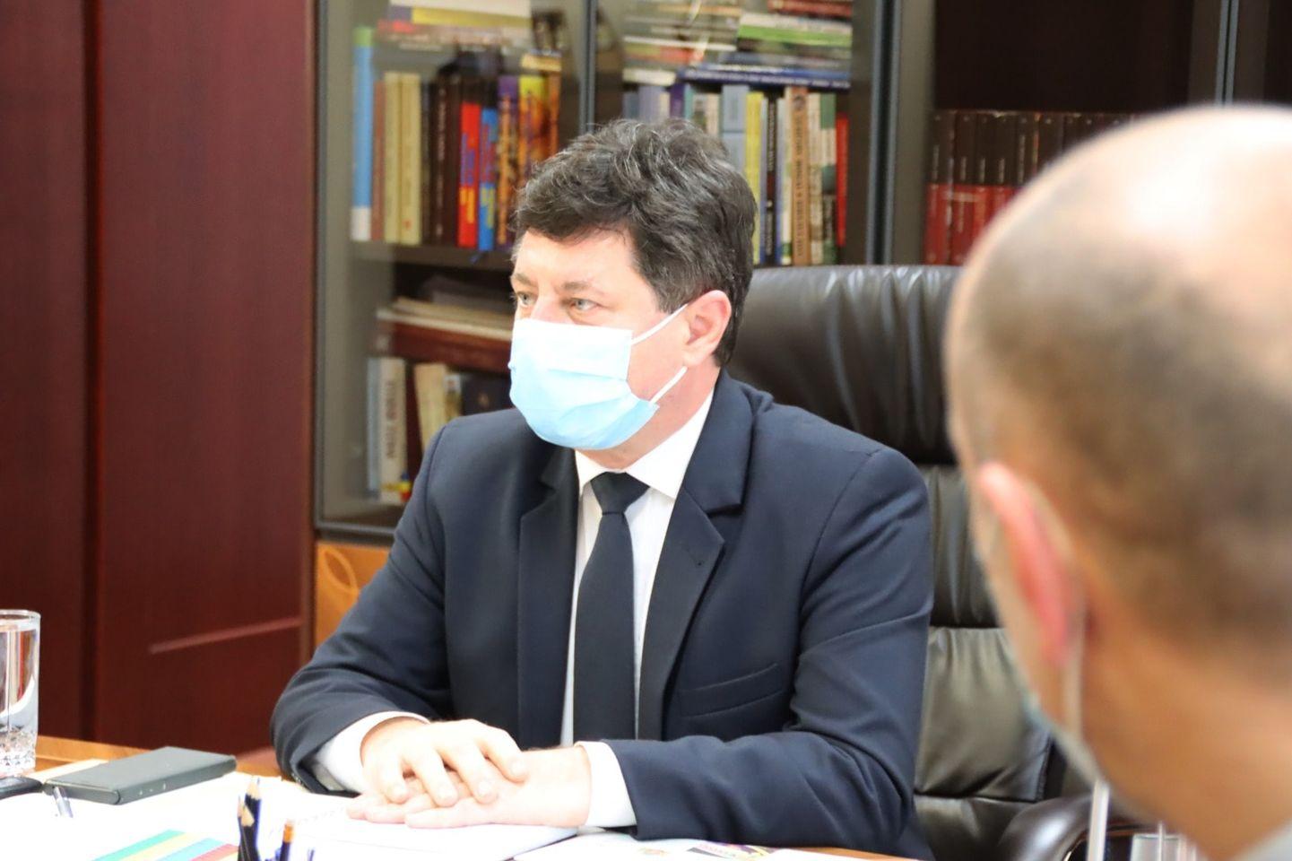 Iustin Cionca  va trimite informări pe telefon sau e-mail arădenilor interesați de proiectele administrației județului