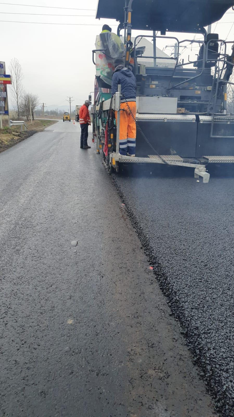 La ieșirea din Sebiș către Donceni se realizează astăzi stratul de uzură, pe șantierul Bârsa-Sebiș-Donceni-Buhani-Dezna-Rănușa-Moneasa-limită județ Bihor